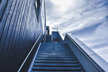 כמה שיקולי עיצוב שכדאי לקחת בחשבון לפני שבוחרים התקנת מדרגות שיש